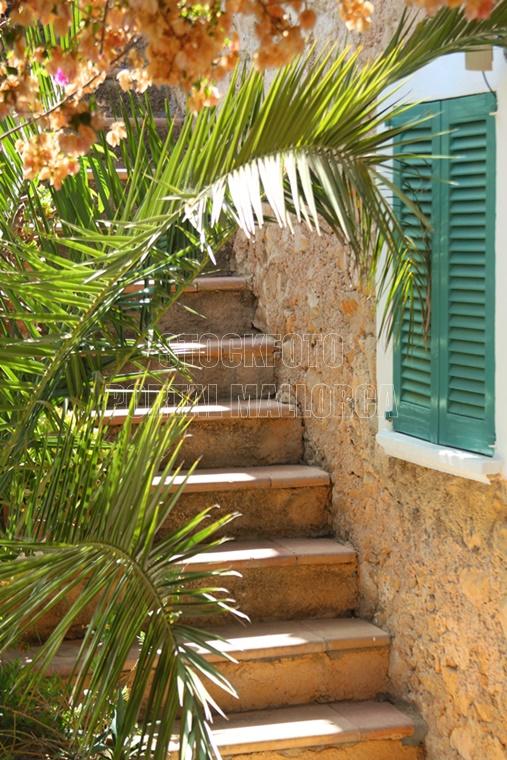 Finca Treppe Foto downloaden - einer typischen Mallroca Finca Treppe mit einer grünen Fenster Persiana